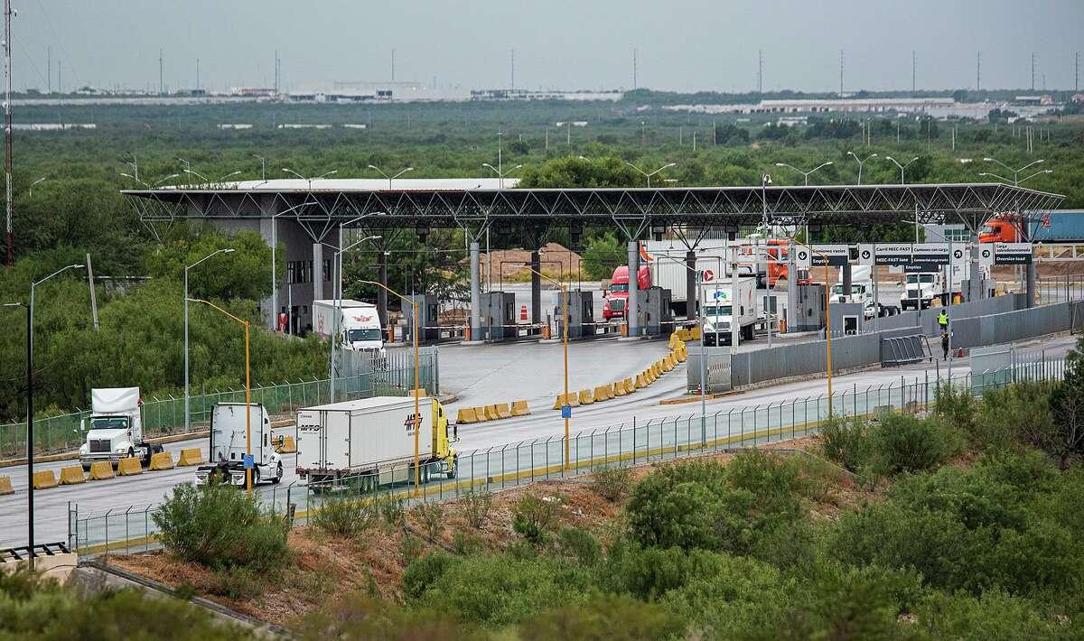 Una vista de tráfico hacia México en el Puente Internacional de Comercio, el sábado 24 de octubre de 2020.