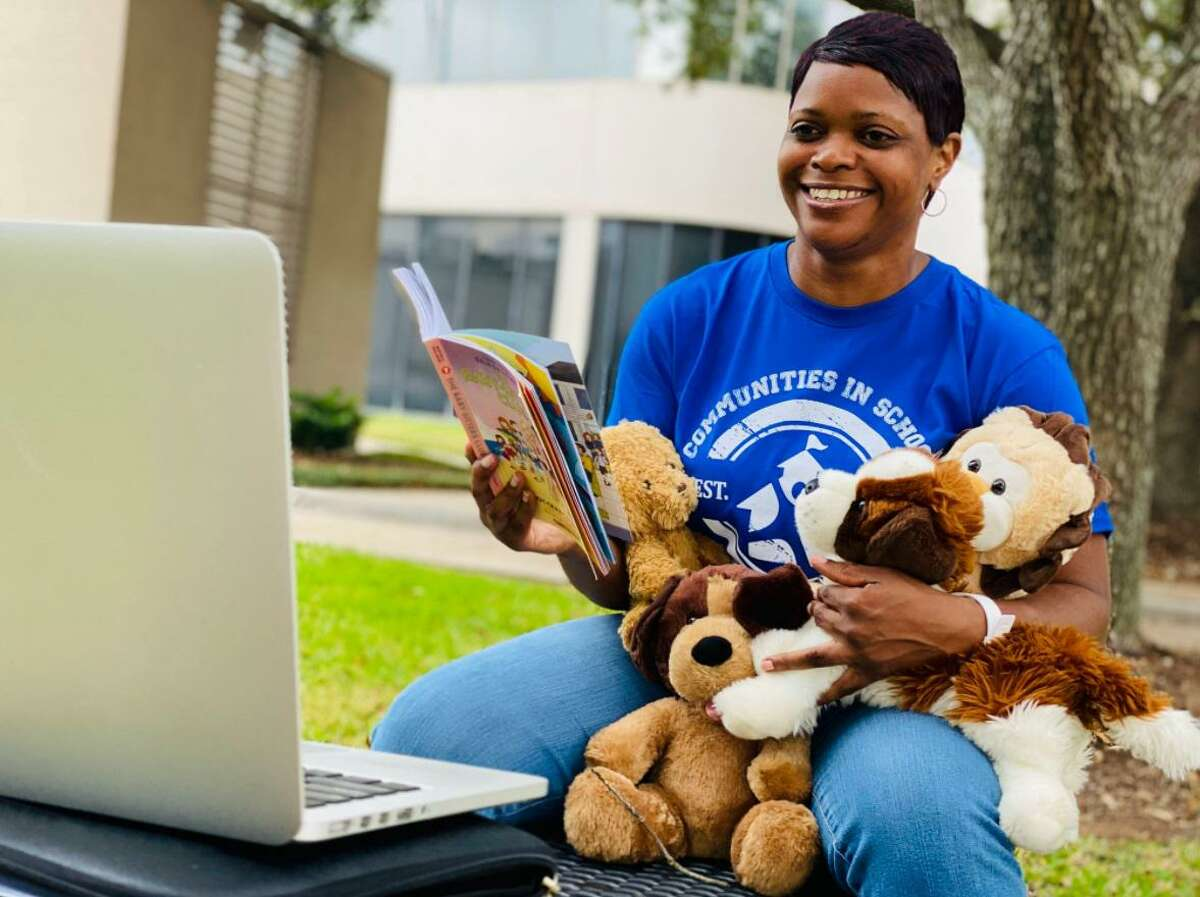 Callena Hollie-Thompson, student support specialist in Fort Bend ISD, conducts an online session.