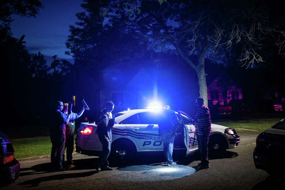 Detroit Police homicide detectives at the scene of a fatal shooting in 2018. Photo: Washington Post Photo By Salwan Georges. / The Washington Post