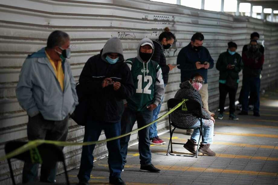 Varias personas hacen fila el viernes 20 de noviembre de 2020 para que les hagan pruebas rápidas de COVID-19 en un puesto de salud en la estación de autobuses TAPO, en la demarcación Venustiano Carranza de la Ciudad de México. Photo: Rebecca Blackwell /Associated Press / Copyright 2020 The Associated Press. All rights reserved.