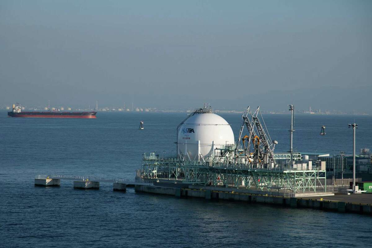 A hydrogen storage tank and loading system at the liquefied hydrogen receiving terminal on Kobe Airport Island in Kobe, Hyogo Prefecture, Japan, on Monday, Oct. 26, 2020. Japan will have to accelerate theclosureof coal plants and ramp up renewable energy capacity over the next decade to meet Prime MinisterYoshihide Suga's pledge to be emissions neutral in 30 years. Photographer: Akio Kon/Bloomberg