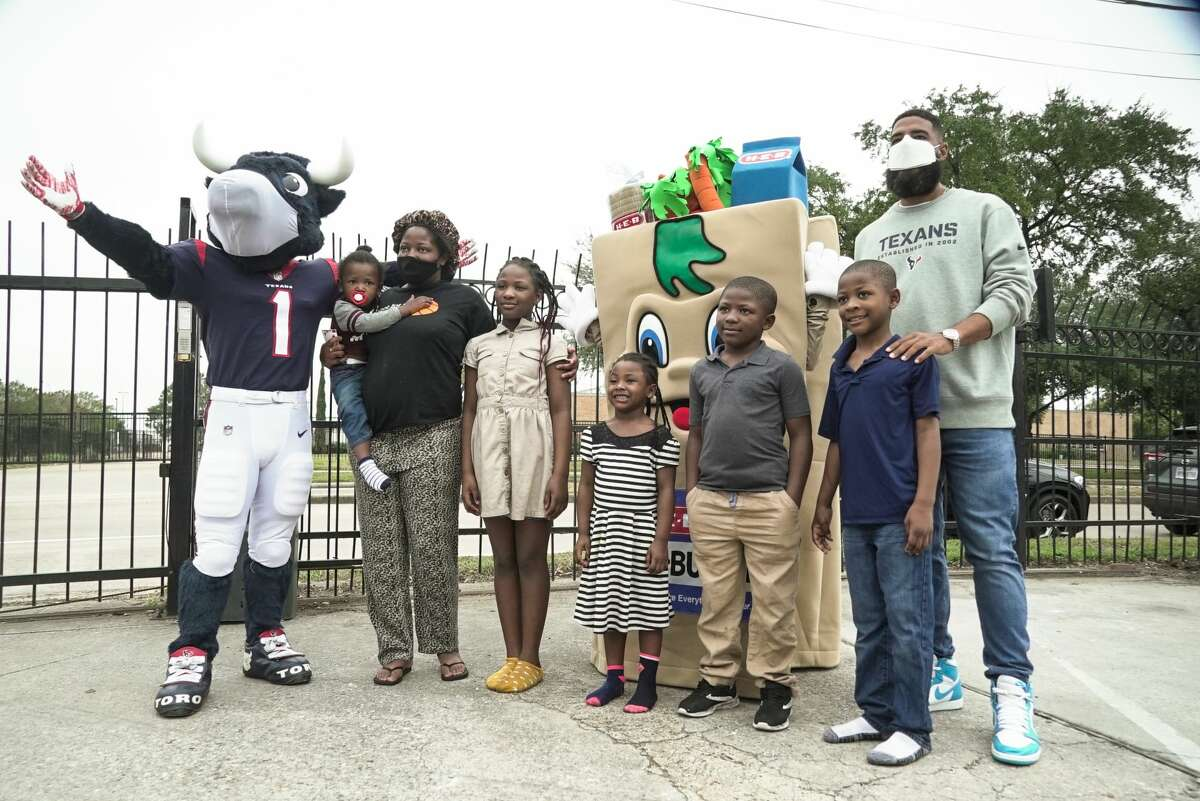 Kid's Meals and HEB partnered with Justin Reid to help 100 families get meals for Thanksgiving.