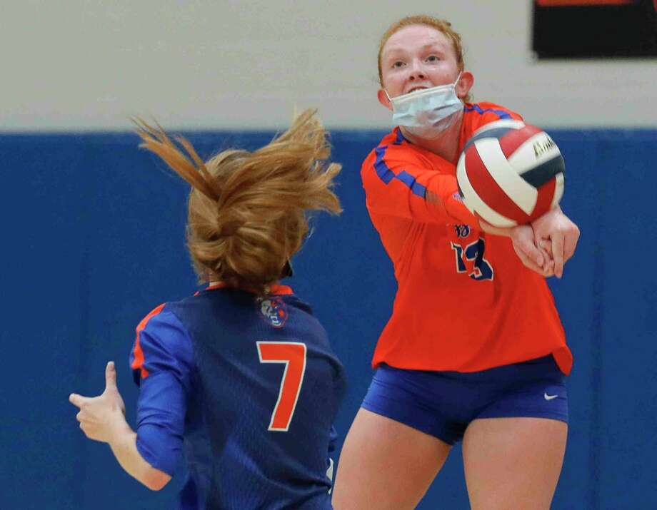 In this file photo, Grand Oaks outside hitter Mykenah Calder (13) makes a save in front of libero Ava Terry (7). The Grizzlies saw their season end in an area round sweep against top-ranked Klein on Nov. 23, 2020. Photo: Jason Fochtman, Houston Chronicle / Staff Photographer / 2020 © Houston Chronicle