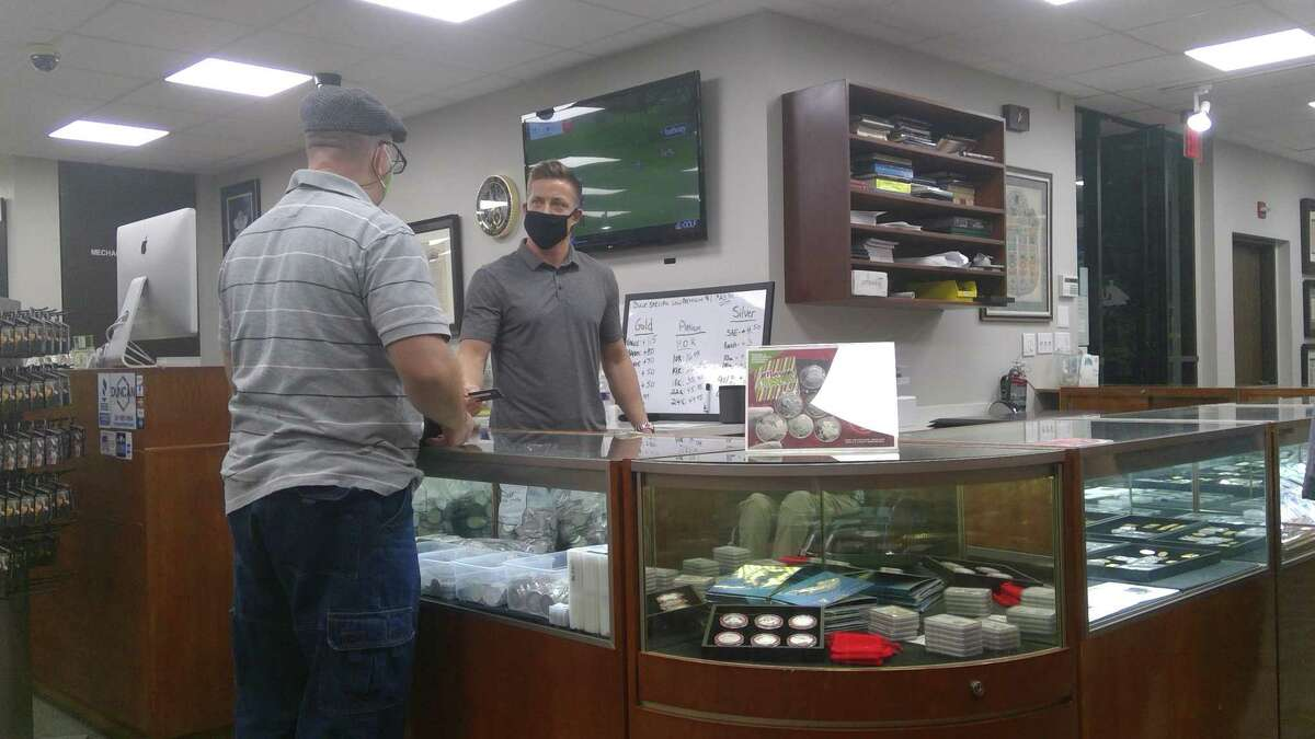 U.S. Coins and Jewelry Managing Director Kenny Duncan, Jr. interacts with a customer at the store (8435 Katy Freeway) on the morning of Nov. 23