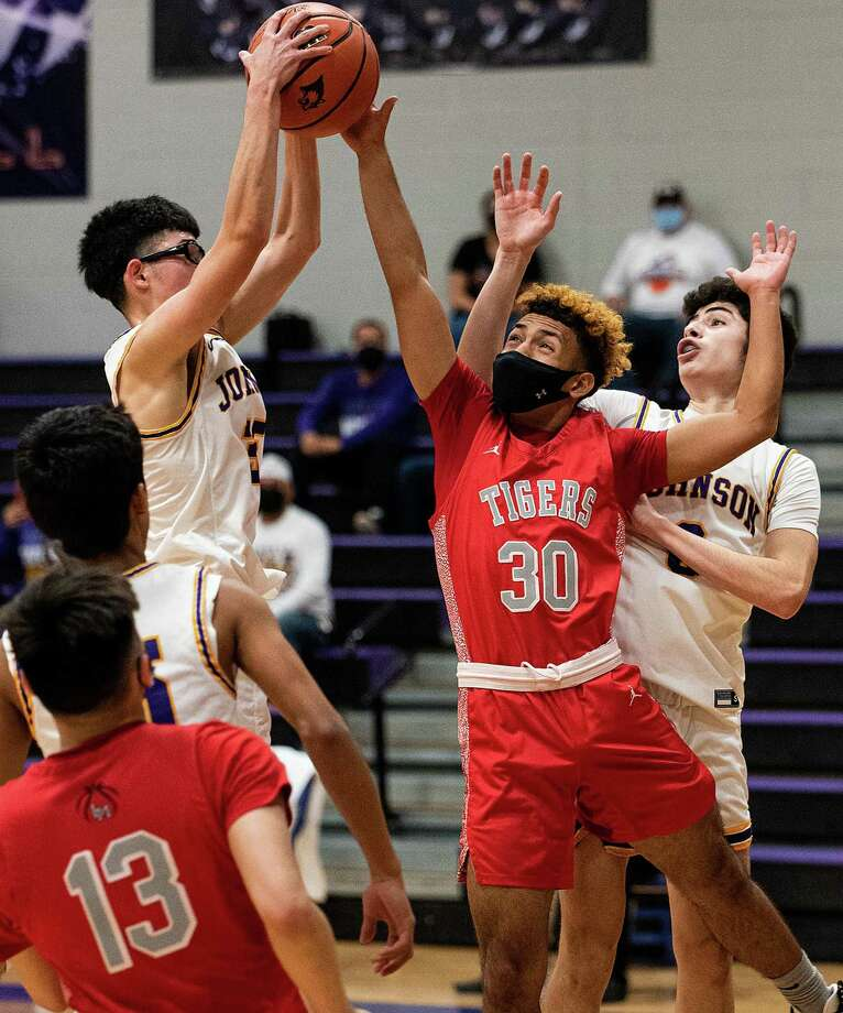 Luis Valdez led LBJ with 19 points Tuesday in a 71-58 loss at Edinburg Economedes. Photo: Danny Zaragoza /Laredo Morning Times File