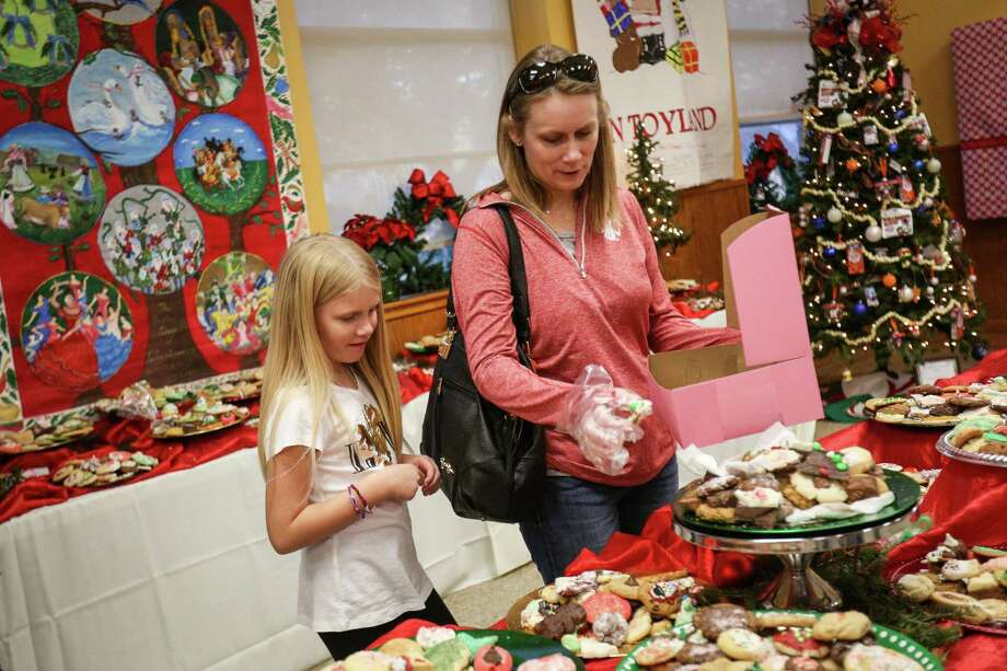 Montgomery resident Lisa DeVries and her daughter Kinley, 8, browse cookies during the 26th annual Cookie Walk on Saturday, Dec. 9, 2017, in downtown Montgomery. Proceeds from the Cookie Walk go to preserving the historical markers and homes in Montgomery. Photo: Michael Minasi, Staff Photographer / Houston Chronicle / © 2017 Houston Chronicle