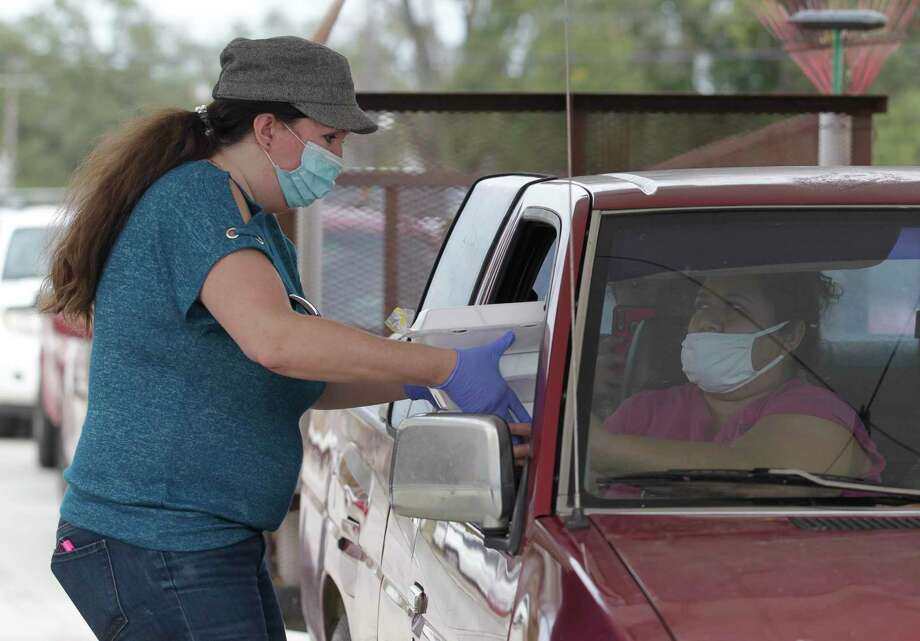 Volunteers helped hand out more than 1,500 meals during the annual Friends Feeding Friends Thanksgiving meal, Thursday, Nov. 26, 2020, in Conroe. Volunteers handed out 1,500 meals to community members. Photo: Jason Fochtman, Houston Chronicle / Staff Photographer / 2020 © Houston Chronicle