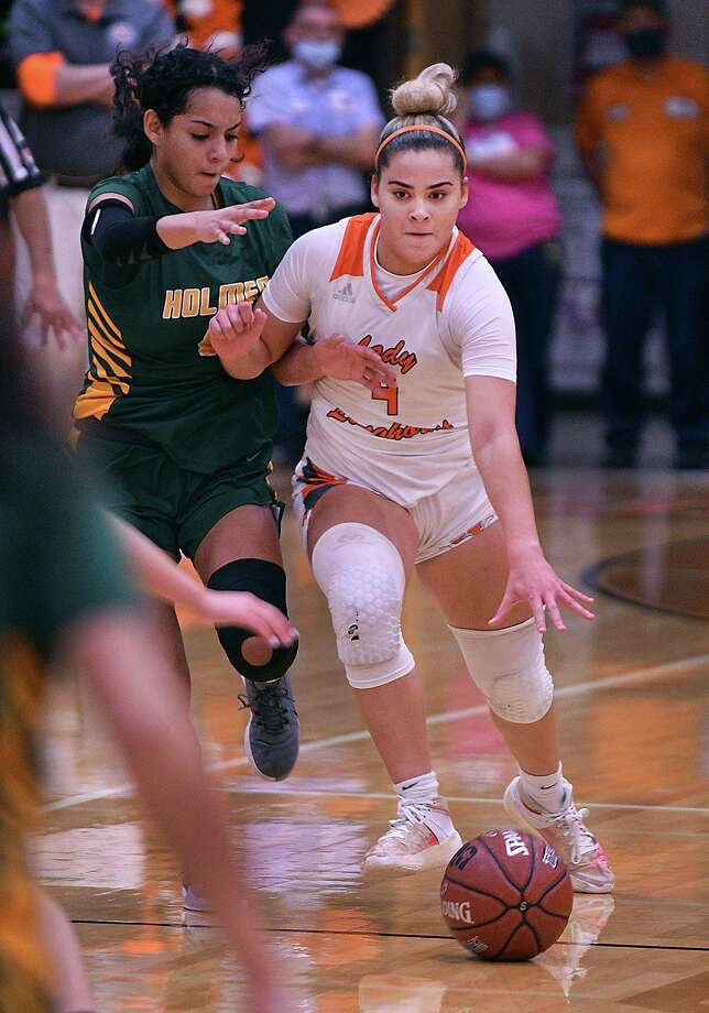 Evelyn Quiroz drives to the basket Wednesday in United's 71-58 win over San Antonio Holmes. Quiroz had a double-double with a season-high 25 points and 10 assists. Photo: Cuate Santos /Laredo Morning Times / Laredo Morning Times