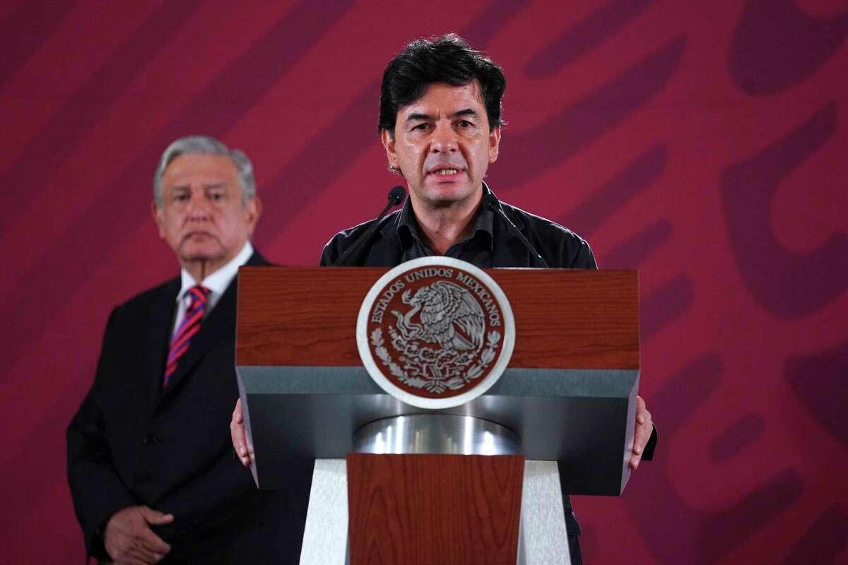 En esta foto del 2 de agosto de 2019 proporcionada por la Oficina de Prensa de la Presidencia de México, el vocero presidencial, Jesús Ramírez, habla durante la conferencia matutina diaria en el Palacio Nacional en Ciudad de México. El gobierno de México presentó el jueves 26 de noviembre de 2020 una