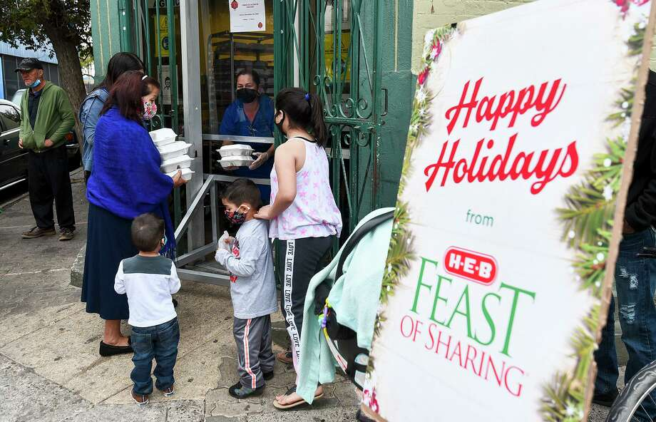 Community members in need gather outside Bethany House of Laredo Thursday, Nov. 26, 2020, to receive a grab and go holiday meal during a distribution of groceries and meals sponsored by H-E-B. Photo: Danny Zaragoza, Staff Photographer / Laredo Morning Times