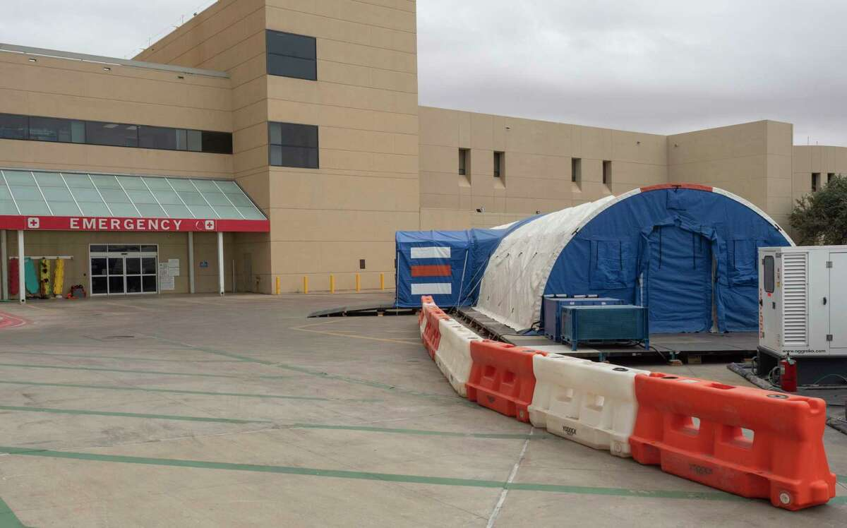 A tent has been setup outside the Midland Memorial Hospital emergency room entrance 11/27/2020 by FEMA. Tim Fischer/Reporter-Telegram.