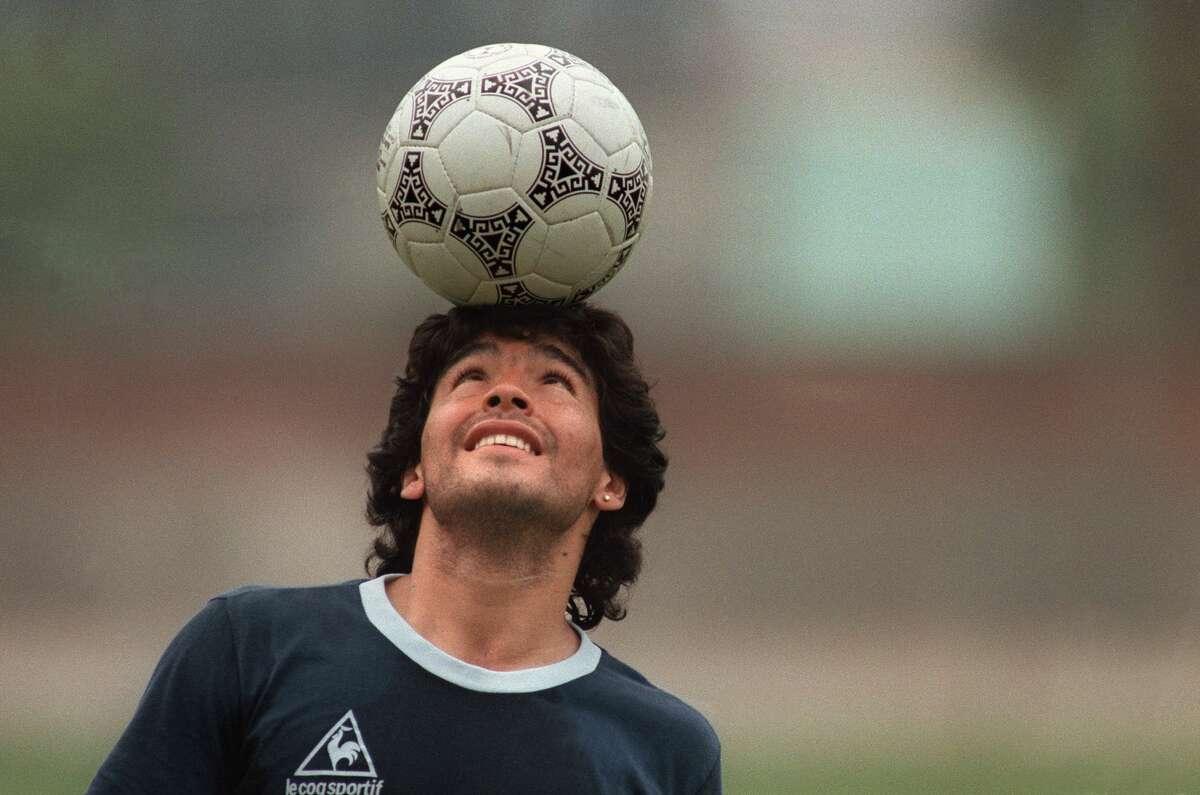 El futbolista argentino Diego Armando Maradona juega con la pelota el 22 de mayo de 1986 en la Ciudad de México. Maradona falleció el miércoles 25 de noviembre de 2020 en Buenos Aires, a los 60 años de edad.
