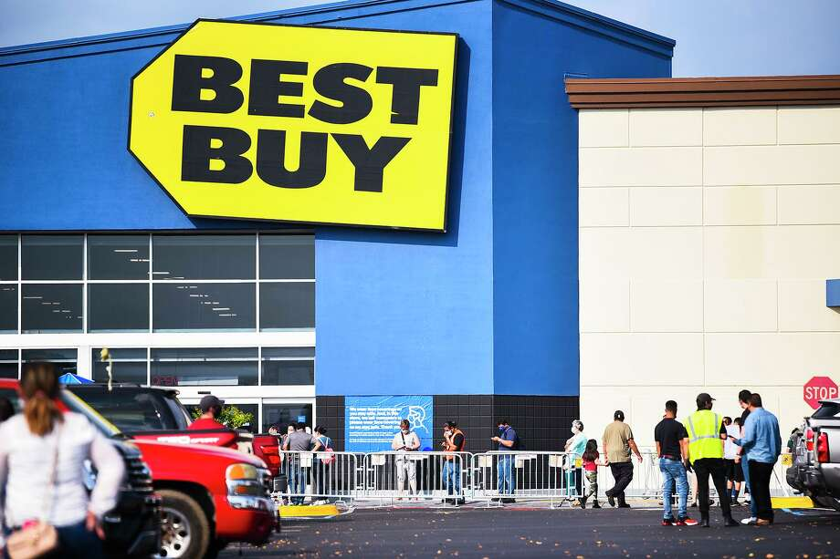 Black Friday shoppers line up outside of Best Buy on Friday, Nov. 27 while others wait in the parking lot. Photo: Danny Zaragoza /Laredo Morning Times
