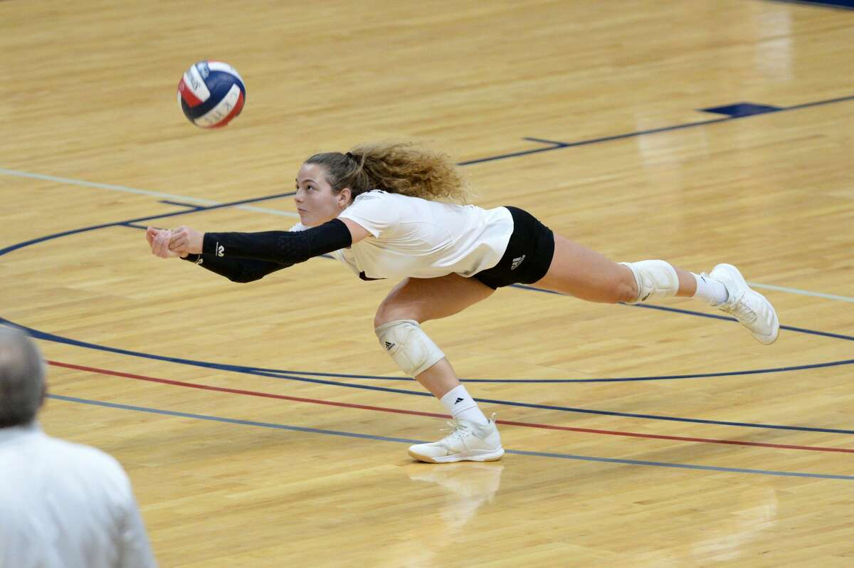  ibero Hayley Byrd (1) of Cinco Ranch dives for a ball during the fourth set of a 6A-III regional quarterfinal game between the Cinco Ranch Cougars and the Seven Lakes Spartans on Saturday, November 28, 2020 at Leonard Merrell Center, Katy, TX.
