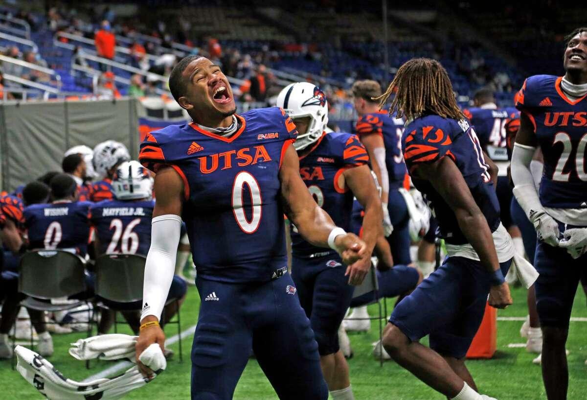 UTSA QB Frank Harris celebrates with the rest of starters as reserves score in fourth quarter. UTSA vs. North Texas at the Alamodome on Saturday, Nov. 28. 2020. UTSA 49 North Texas 17