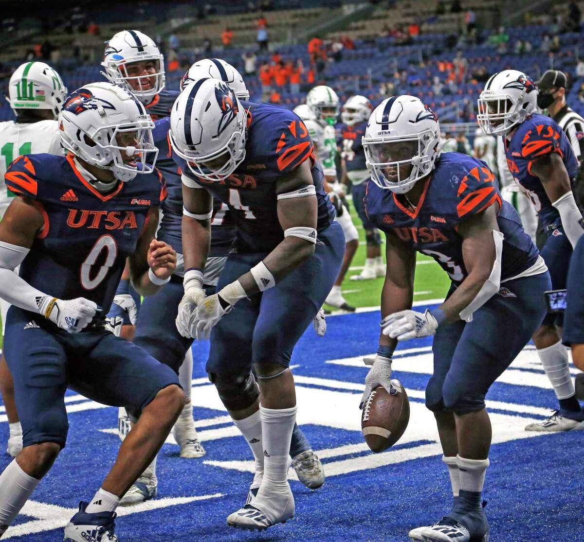 UTSA RB Sincere McCormick,R, celebrates with teammates after his fourth quarter touchdown. UTSA vs. North Texas at the Alamodome on Saturday, Nov. 28. 2020. UTSA 49 North Texas 17