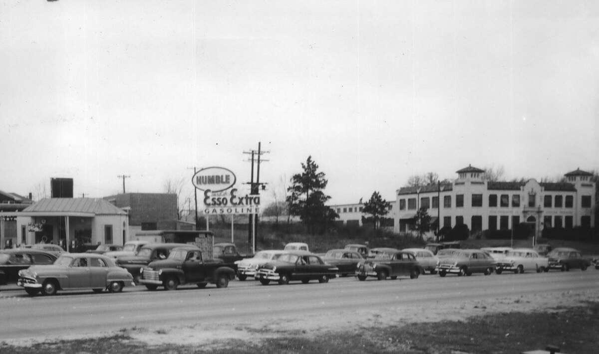 1953 traffic jam along Buffalo Drive, now Allen Parkway, near Waugh.