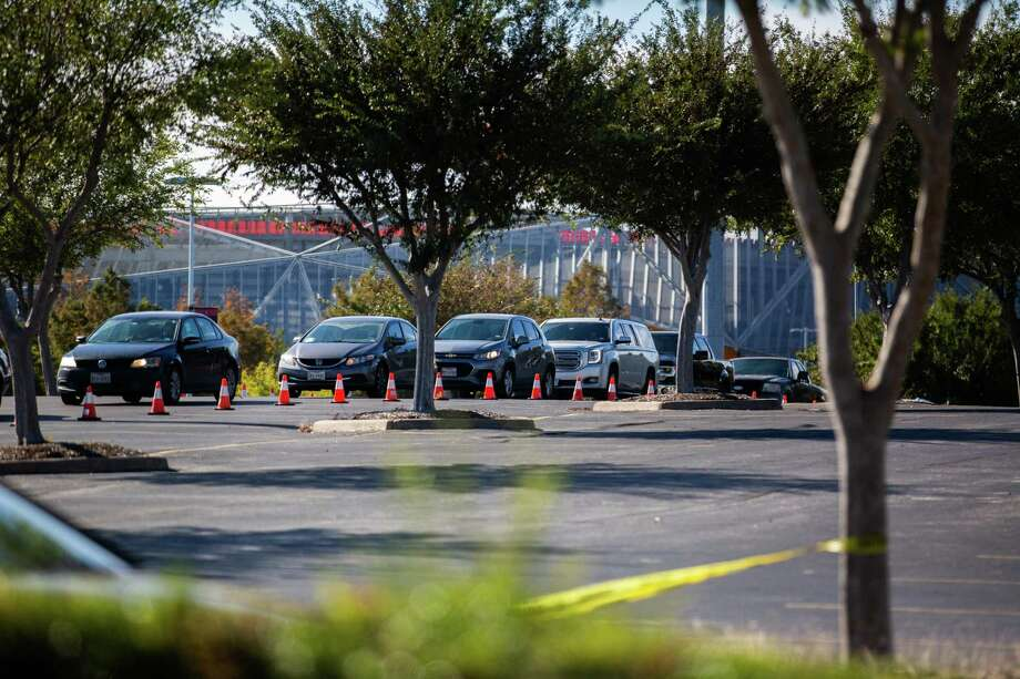 Cars line up on Minute Maid Park (Lot C) at 2208 Preston Street waiting to get tested for COVID-19, Monday, Nov. 30, 2020, in Houston. Photo: Marie D. De Jesús, Houston Chronicle / Staff Photographer / © 2020 Houston Chronicle
