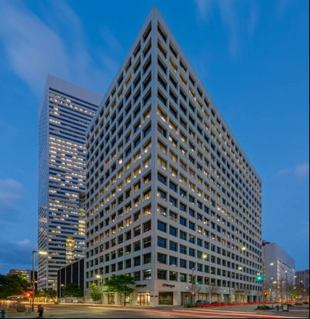Triten Real Estate Partners and Taconic Capital Advisors purchased 1111 Fannin. JLL Capital Markets represented the seller and procured the buyer.