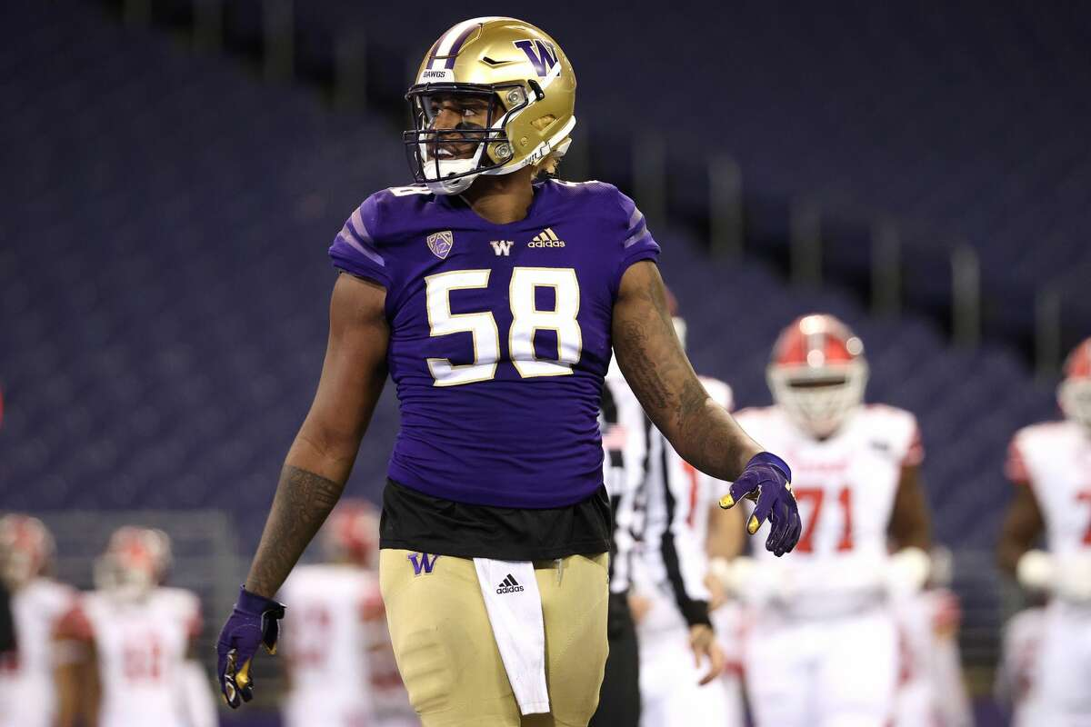 SEATTLE, WASHINGTON - NOVEMBER 28: Zion Tupuola-Fetui #58 of the Washington Huskies reacts after giving up a two yard touchdown to Devin Brumfield #6 of the Utah Utes in the second quarter to take a 14-0 lead at Husky Stadium on November 28, 2020 in Seattle, Washington. (Photo by Abbie Parr/Getty Images)