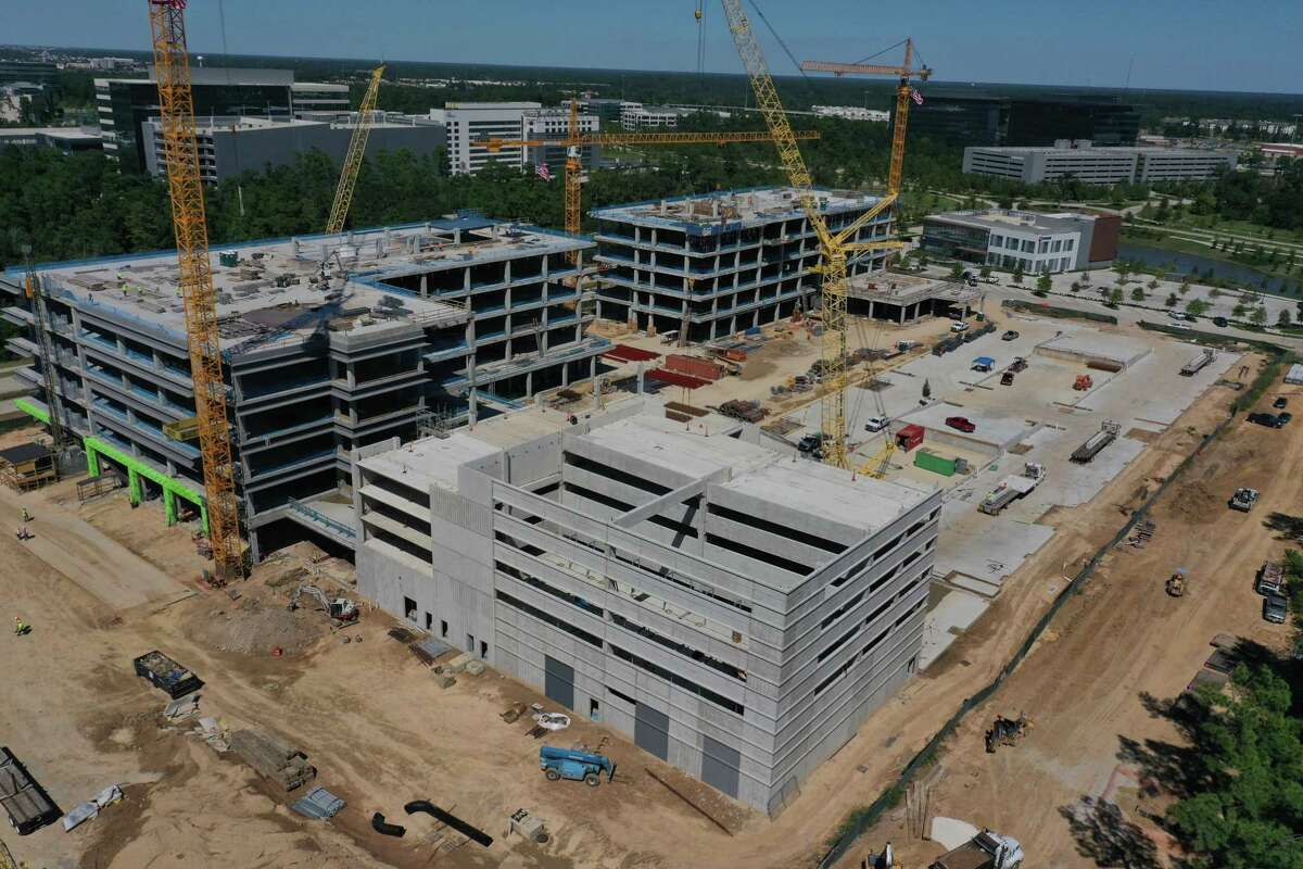 A joint venture of Patrinely Group, USAA Real Estate and CDC Houston announced that construction has officially topped out on Hewlett Packard Enterprise's new campus in Springwoods Village.?The campus consists of two five-story buildings totaling approximately 440,000 square feet in the CityPlace urban and commercial district.