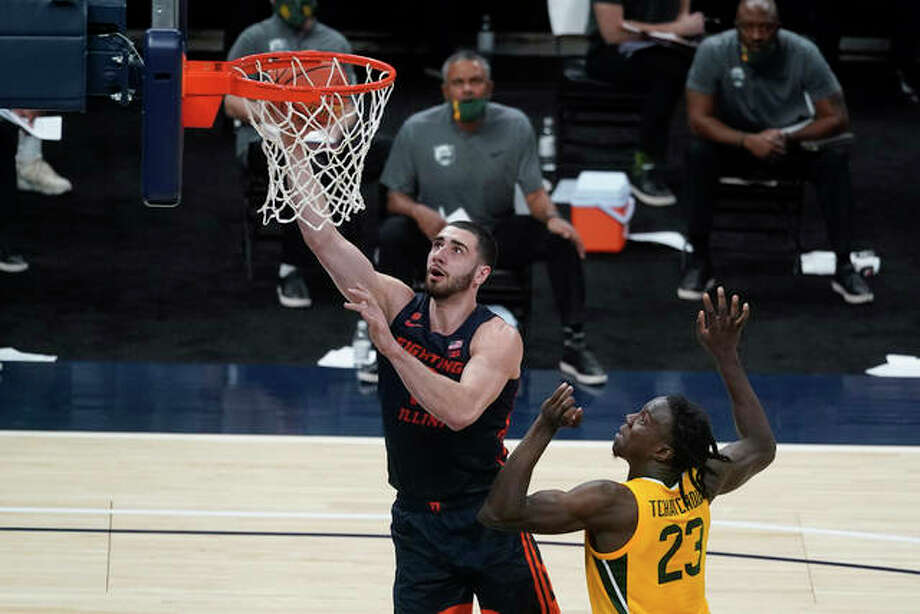 Illinois' Giorgi Bezhanishvili (15) shoots next to Baylor's Jonathan Tchamwa Tchatchoua (23) during the first half of an NCAA college basketball game Wednesday, Dec. 2, 2020, in Indianapolis. Photo: Associated Press