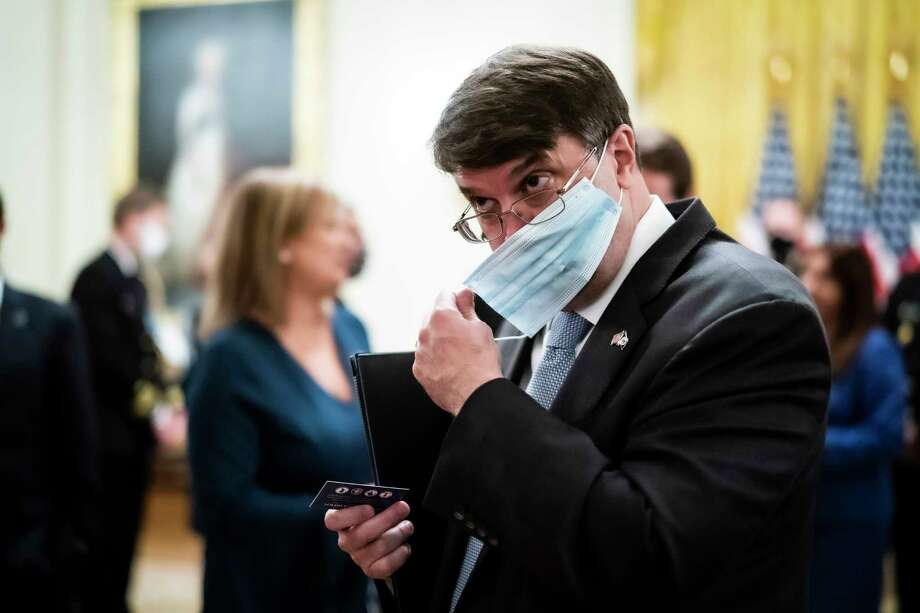 Secretary of Veterans Affairs Robert Wilkie puts on a mask as he departs a White House event in June 2020. Photo: Washington Post Photo By Jabin Botsford / The Washington Post