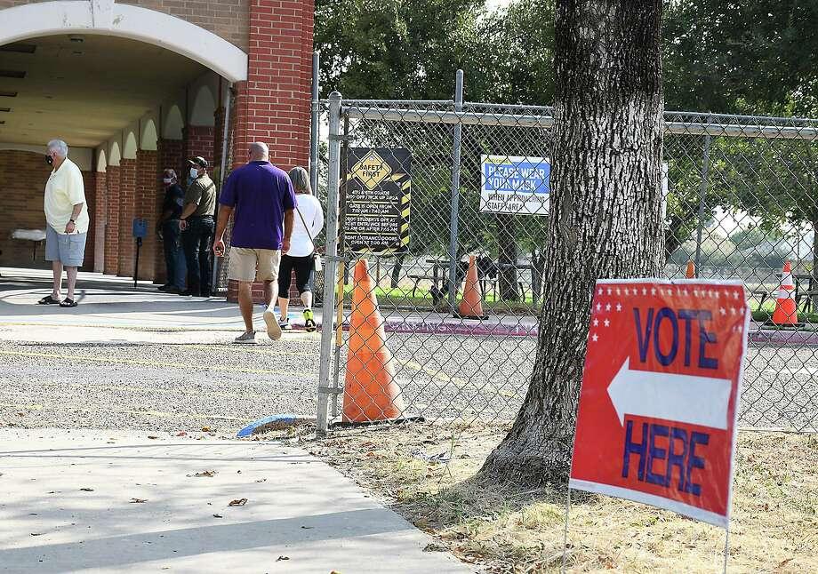 Los laredenses se formaron temprano el martes 13 de octubre de 2020, cuando se inició la votación anticipada para las elecciones de este año. Photo: Cuate Santos /Laredo Morning Times / Laredo Morning Times