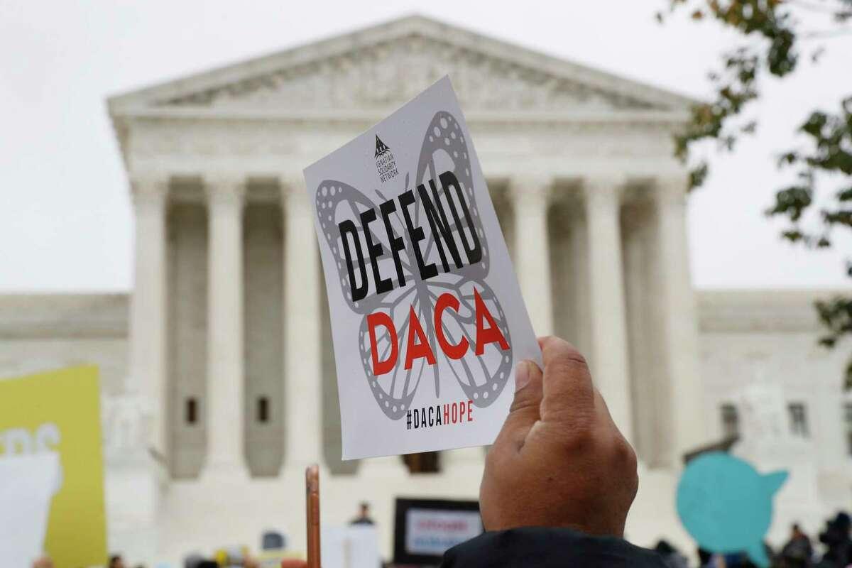 ARCHIVO - En esta foto de archivo del 12 de noviembre de 2019, la gente se manifiesta frente a la Corte Suprema mientras se escuchan argumentos orales en el caso de la decisión del presidente Trump de poner fin al programa de Acción Diferida para los Llegados en la Infancia (DACA) de la era Obama, en el Tribunal Supremo Corte en Washington. La administración Trump debe aceptar nuevas solicitudes para el programa de Acción Diferida para los Llegados en la Infancia que protege a algunos inmigrantes jóvenes de la deportación, dictaminó un juez federal el viernes 4 de diciembre de 2020 al anular un memorando del secretario interino de Seguridad Nacional que lo había suspendido.
