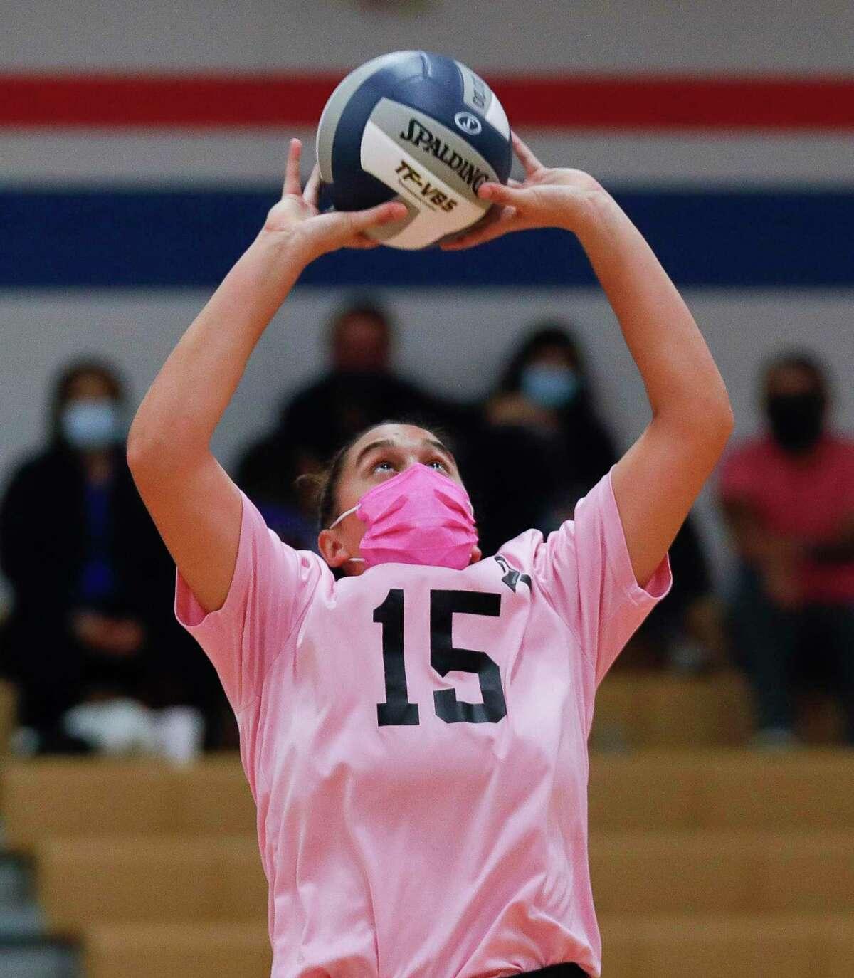Oak Ridge setter Piper Boydstun (15) sets the ball during the first set of a District 13-6A high school volleyball match at Oak Ridge High School, Friday, Oct. 23, 2020, in Oak Ridge.