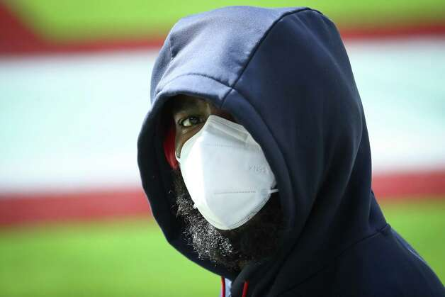 Houston Texans offensive guard Zach Fulton wears a mask as he walks onto the field to warm up before an NFL football game against the Indianapolis Colts at NRG Stadium on Sunday, Dec. 6, 2020, in Houston. Photo: Brett Coomer, Staff Photographer / © 2020 Houston Chronicle