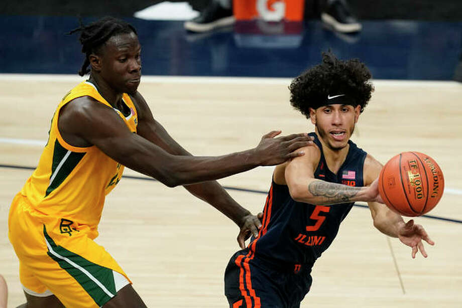 Illinois' Andre Curbelo (5) passes the ball away from Baylor's Jonathan Tchamwa Tchatchoua Wednesday in Indianapolis. Photo: Associated Press