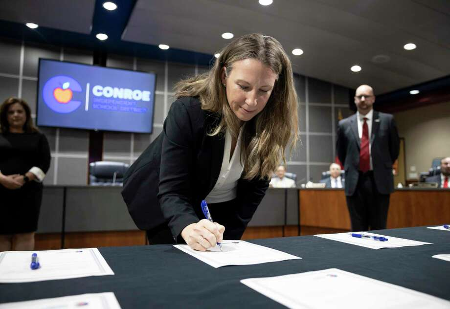 Stacey Chase, newly elected position six member filling the seat formerly held by John Husbands, signs an oath during a CISD board meeting held in the Deane L. Sadler Administration Building, Tuesday, Nov. 17, 2020, in Conroe. Photo: Gustavo Huerta, Houston Chronicle / Staff Photographer / 2020 © Houston Chronicle
