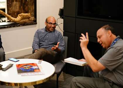 El reportero de Beat Henry Schulman hace un comentario al presidente de operaciones de béisbol de los Giants, Farhan Zaidi, durante las reuniones de invierno de 2018.