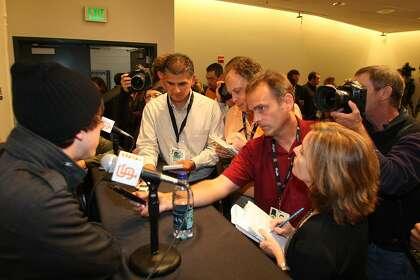 Giants beat reportero Henry Schulman (segundo reportero desde la izquierda) participa en una entrevista con Tim Lincecum después de que ganó su premio Cy Young 2008.