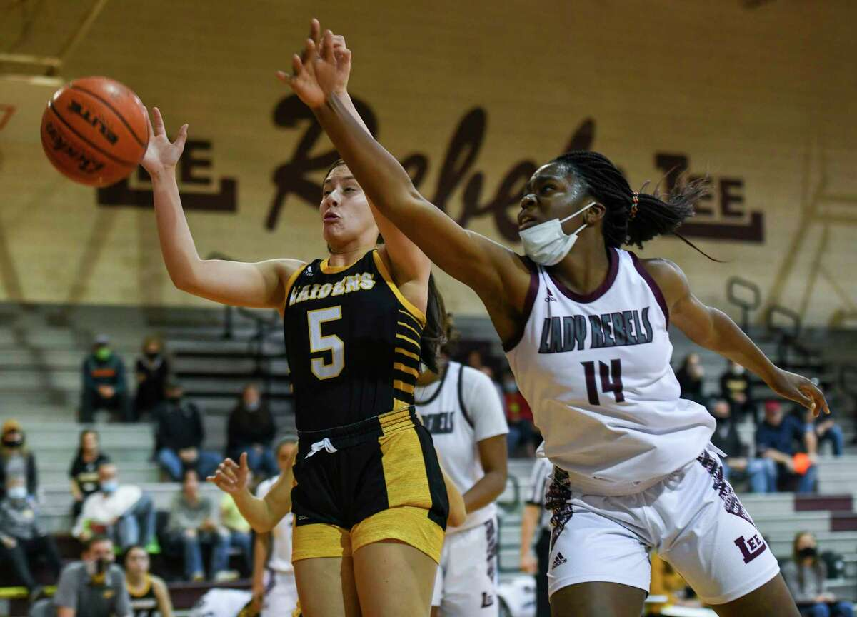 Lee's Loredana Fouonji (14) attempts to grab the pass as Seminole's Xoe Rosalez (5) guards her Tuesday, Dec. 8, 2020 at Lee High School. Jacy Lewis/Reporter-Telegram