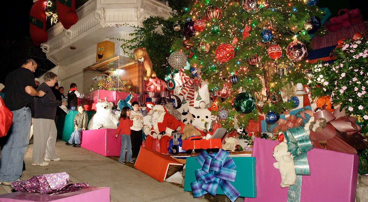 The Tom and Jerry House's Christmas display, complete with Santa Claus posing for photos, in 2005.