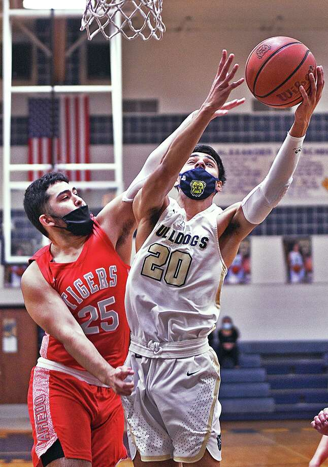 Jacob Rodriguez and the Bulldogs defeated the Tigers 88-62 Wednesday. Photo: Cuate Santos /Laredo Morning Times / Laredo Morning Times