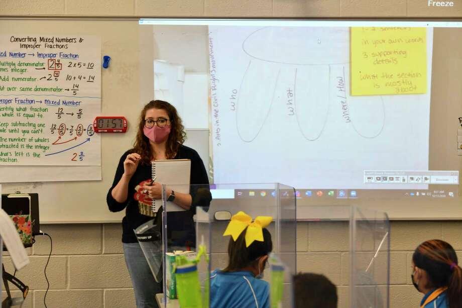 Sixth grade teacher Shelby Merrell leads students through understanding context of a novel Friday, Dec. 11, 2020 at IDEA Travis Elementary.   Jacy Lewis/Reporter-Telegram Photo: Jacy Lewis/Reporter-Telegram