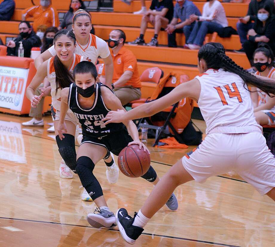 Dezerae De La Garza and United South beat United 61-57 in overtime Friday to open district play. Photo: Cuate Santos / Laredo Morning Times / Laredo Morning Times