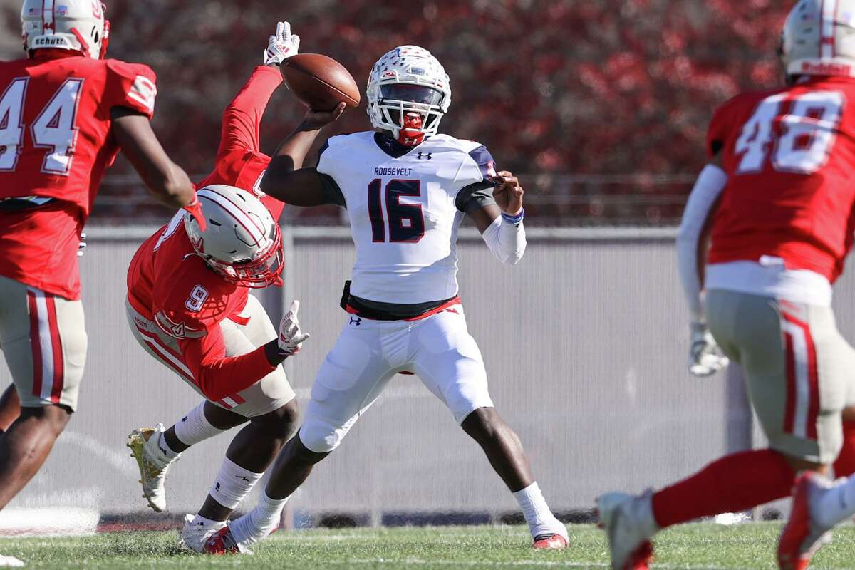 Roosevelt quarterback Dewayne Coleman looks for a receiver during the first half of their Class 6A Division II first round high school football playoff game with Judson at Rutledge Stadium on Saturday, Dec. 12, 2020. Roosevelt beat Judson 28-21.