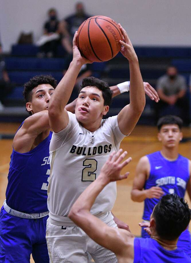Bobby Torres scored 11 points as No. 22 Alexander defeated No. 20 South San Saturday. Photo: Cuate Santos /Laredo Morning Times / Laredo Morning Times