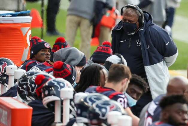 Houston Texans interim head coach Romeo Crennel talks to his players on the bench during the second half of an NFL football game against the Chicago Bears at Soldier Field Sunday, Dec. 13, 2020, in Chicago. Photo: Brett Coomer/Staff Photographer / © 2020 Houston Chronicle