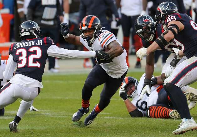 Chicago Bears running back David Montgomery (32) cuts back across the field past the outstretched arm of Houston Texans cornerback Lonnie Johnson (32) during the second half of an NFL football game at Soldier Field Sunday, Dec. 13, 2020, in Chicago. Photo: Brett Coomer/Staff Photographer / © 2020 Houston Chronicle