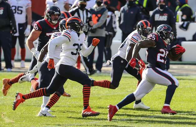 Houston Texans running back Duke Johnson (25) breaks through the Chicago Bears defense for a long gain and a first down during the second quarter of an NFL football game at Soldier Field Sunday, Dec. 13, 2020, in Chicago. Photo: Brett Coomer/Staff Photographer / © 2020 Houston Chronicle