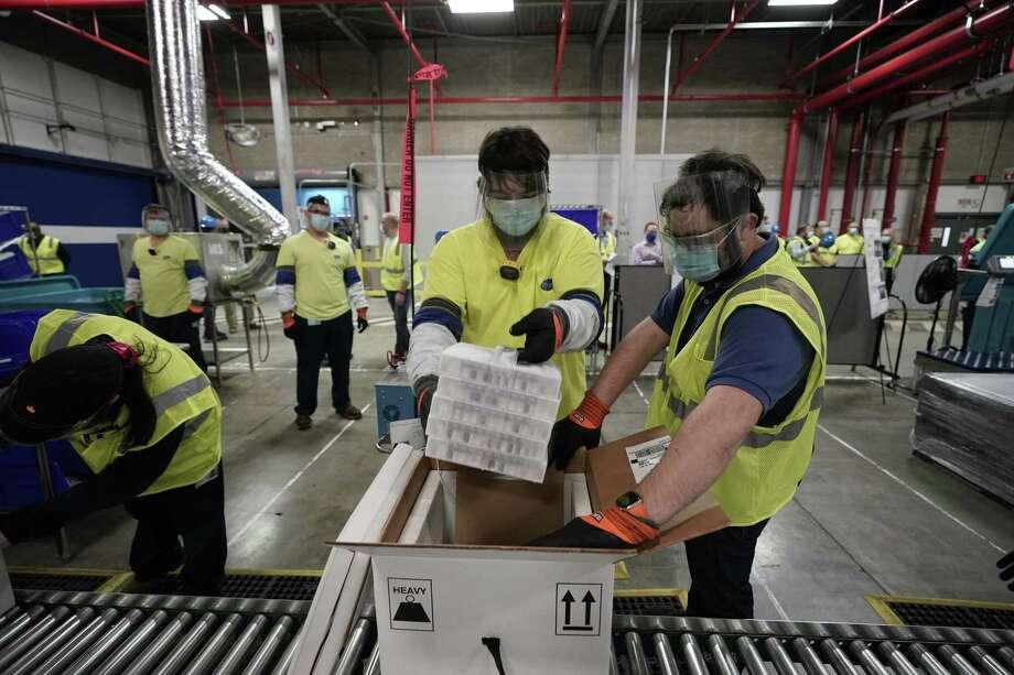 Las cajas que contienen la vacuna Pfizer-BioNTech COVID-19 están preparadas para ser enviadas a la planta de fabricación de Pfizer Global Supply Kalamazoo el 13 de diciembre de 2020 en Portage, Michigan. Photo: Pool /Getty Images / 2020 Pool