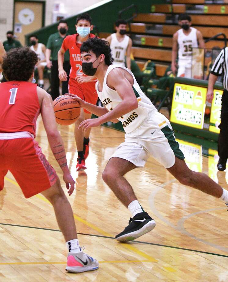Juan Marines finished with 25 points as Nixon defeated rival Martin 76-58 on Tuesday. Photo: Cuate Santos /Laredo Morning Times / Laredo Morning Times