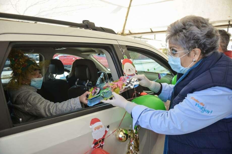 En caravana de automóviles llegan por sus regalos que les entrega para reconocerlos, el gobierno municipal de Enrique Rivas y el DIF que preside Adriana Herrera Photo: Foto De Cortesía