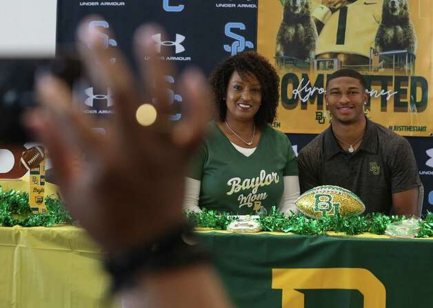 Shadow Creek's Kyron Drones takes a photograph with his mother, Olinka Drones, before his signing ceremony Wednesday, Dec. 16, 2020, at Alvin ISD Heritage Complex in Rosharon. Drones is committed to Baylor University. Photo: Yi-Chin Lee, Staff Photographer / Houston Chronicle