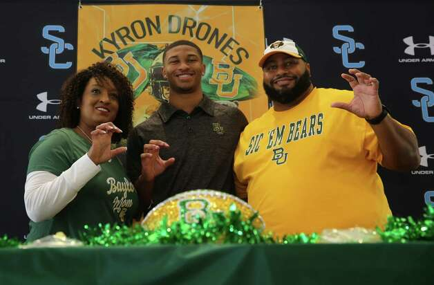 Shadow Creek's Kyron Drones takes a photograph with his parents Olinka and Kevin Drones during his signing ceremony Wednesday, Dec. 16, 2020, at Alvin ISD Heritage Complex in Rosharon. Drones is committed to Baylor University. Photo: Yi-Chin Lee, Staff Photographer / Houston Chronicle